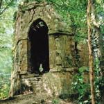Schijnruïne (Henegouwen-Be, Écaussinnes-d'Enghien) [Foto: Hetty Wilming, 1995]