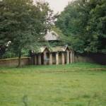 Hondenhokken, Kasteel van Poeke (Oost-Vlaanderen-Be, Poeke) [Foto: Hetty Wilming]