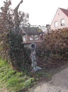Gedecoreerde cementrustieke brievenbus (Belgie, West-Vlaanderen, Beernem) [Foto Miriam Vermey]