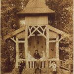 Het rustieke prieel in de oostelijke bosrand van Overtuin Bisdom van Vliet (Zuid-Holland, Haastrecht) [Coll. Historische Vereniging Haastrecht]