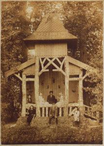 Het rustieke prieel in de oostelijke bosrand van Overtuin Bisdom van Vliet [collectie Historische Vereniging Haastrecht]