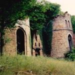 Schijnruïne op Arville (Namen-Be, Faulx-les-Tombes) [Foto: Hetty Wilming]