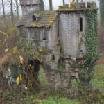 Manshoge bijenkorf in de vorm van burcht, Brouwerij Van Den Bossche (Oost-Vlaanderen-Be, Sint-Lievens-Esse) [Foto: H. Wilming]