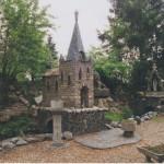Kerkje in tuin Huub Maas (Noord-Brabant, Lierop) [Foto: Hetty Wilming]