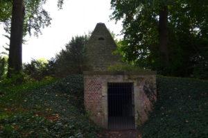 Piramide met ijskelder (Belgie, Haacht, Park Wespelaar) [Foto H. Wilming]