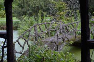 Cementrustiek brugje naar houten prieel (Belgie, Haacht) [Foto H. Wilming]